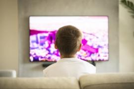 تسبب الإدمان وتعرض مشاهد خارجة.. كيف تسرق الرسوم المتحركة براءة طفلك؟